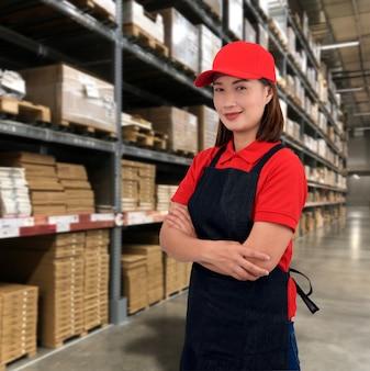 Opératrice en uniforme avec dans l'entrepôt de stockage