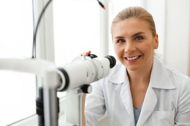 Ophtalmologiste de bonne mine positive étant de bonne humeur pendant son quart de travail