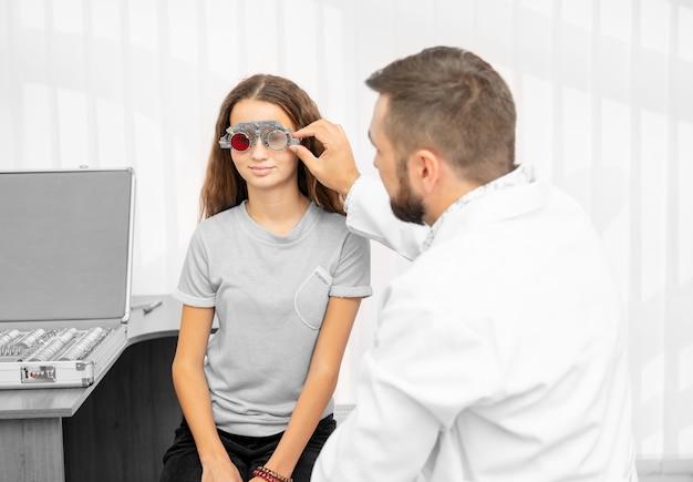 Ophtalmologiste examinant les yeux du patient avec un équipement spécial