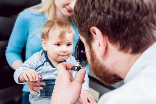 Ophtalmoscopie directe. examen rétinien. fundoscopie. test de vision de l'enfant.