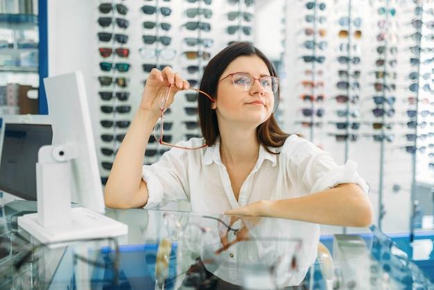 Opticien et consommateur choisit une monture de lunettes