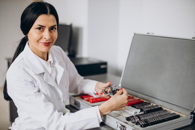 Opticien féminin travaillant au cemngter d'ophtalmologie