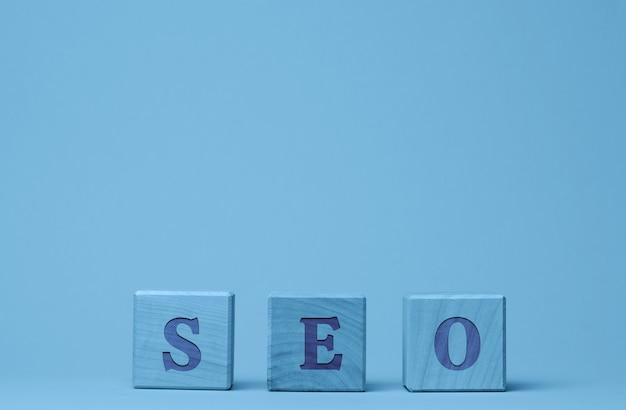 Optimisation des moteurs de recherche d'inscription seo sur cubes en bois concept d'un ensemble de mesures d'optimisation interne et externe pour améliorer la position du site dans les résultats des moteurs de recherche