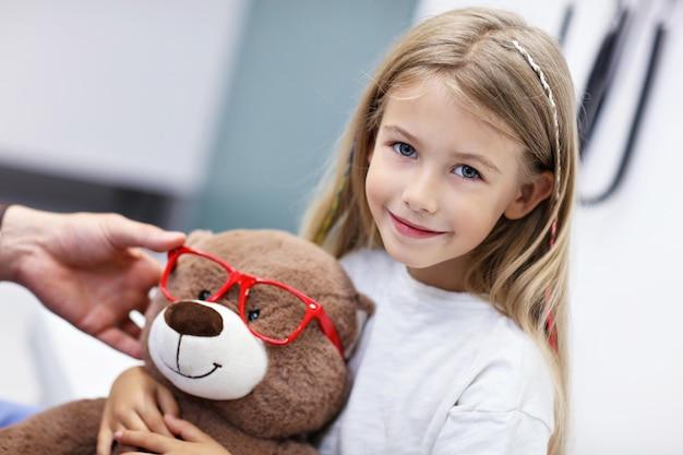 Optométrie enfant optométriste opticien médecin médecin examine la vue d'une petite fille