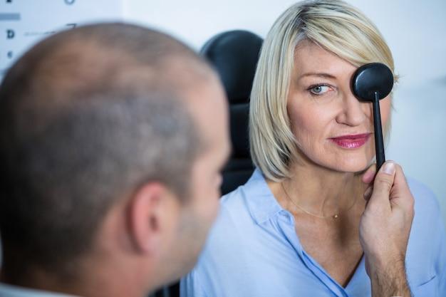 Optométriste examinant une patiente avec du matériel médical