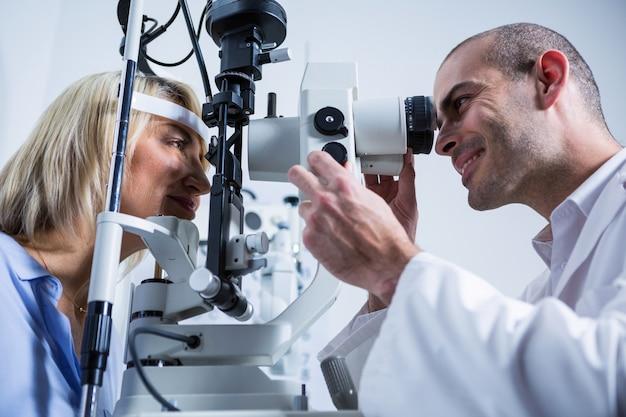 Optométriste examinant une patiente sur une lampe à fente