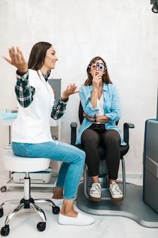Optométriste féminine vérifiant la vision du patient à la clinique ophtalmologique. concept de soins de santé et médical.