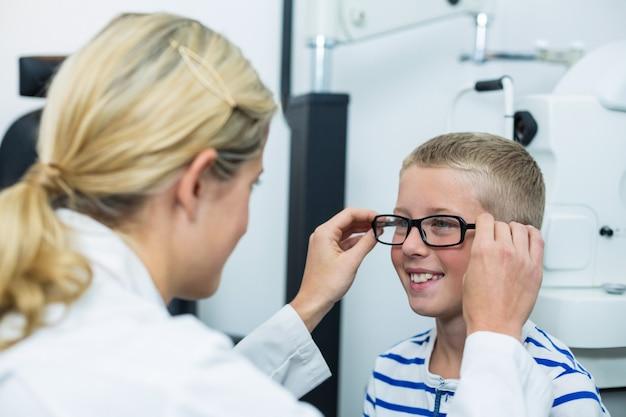 Optométriste prescrivant des lunettes à un jeune patient