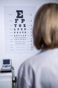 Optométriste, regarder, oeil, diagramme