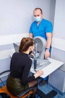 Un optométriste à sa vision des études cliniques. ophtalmologie, diagnostic médical.