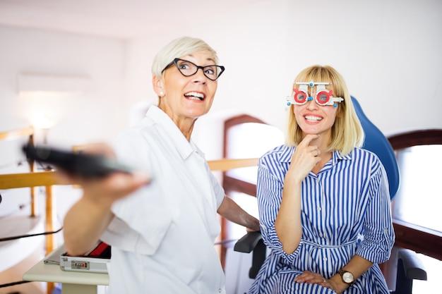 Optométriste senior examinant le patient dans une clinique d'ophtalmologie moderne