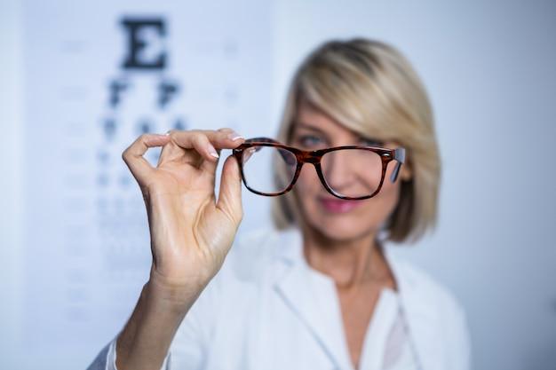 Optométriste tenant des lunettes