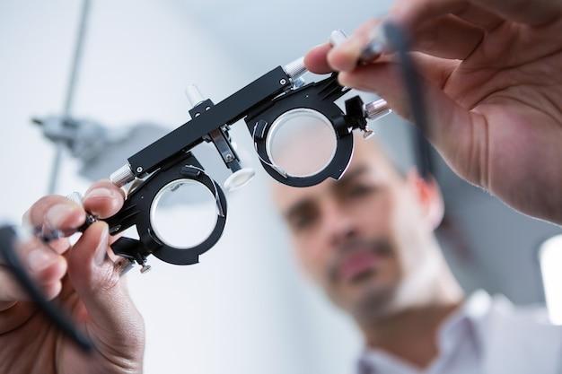 Optométriste tenant messbrille