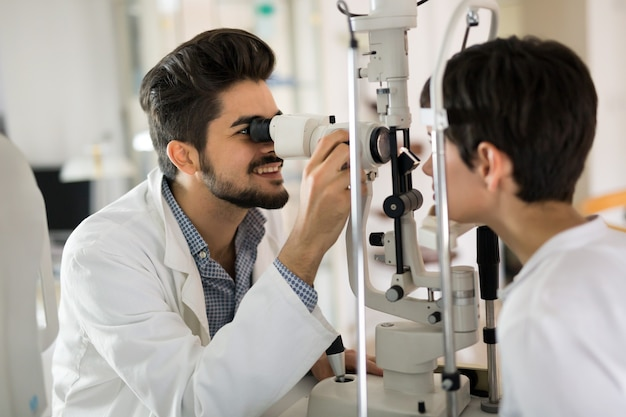 Optométriste vérifiant la vue du patient et suggérant des traitements de correction de la vision