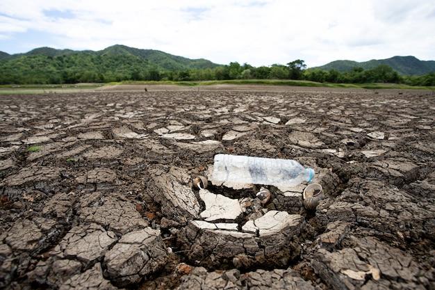 Orage dans le ciel et terre sèche craquelée sans eau