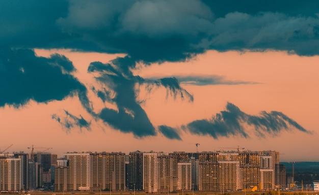 Orage du soir avec des nuages déchirés effrayants sur la ville.