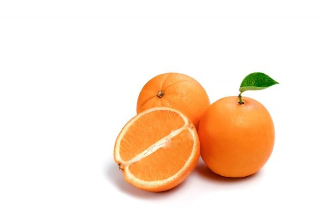 Orange sur un blanc, composition, isoler.