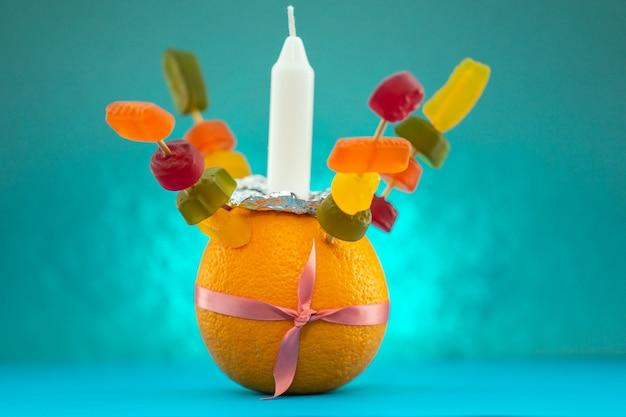 Orange christingle est un objet symbolique utilisé dans les services de l'avent, de noël et de l'épiphanie de nombreuses dénominations chrétiennes