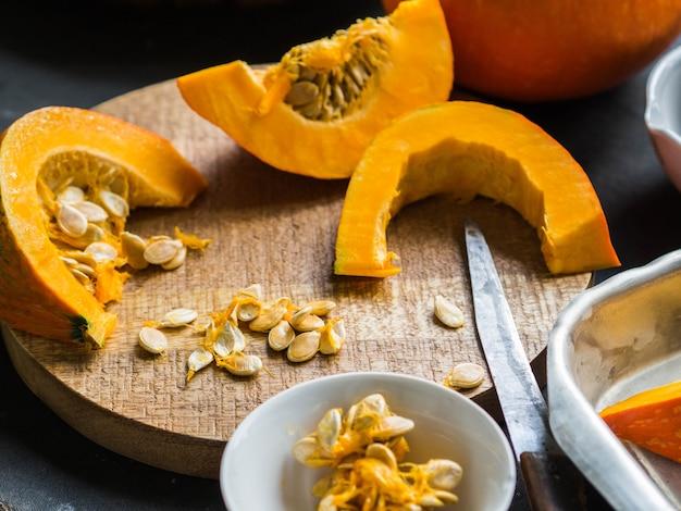 Orange citrouille fraîche cuisine avec des épices et des herbes. couper les tranches de citrouille sur une plaque à pâtisserie. vue de dessus