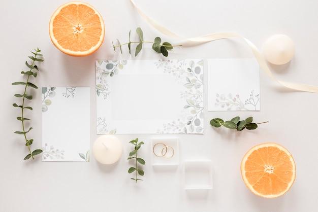 Orange coupé en deux avec invitation de mariage