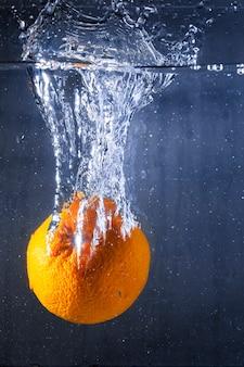 Orange dans l'eau avec des bulles