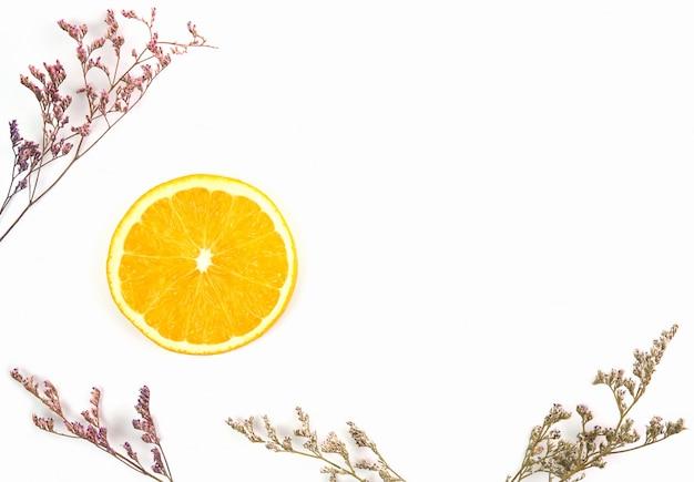 L'orange est découpée en un demi sur un fond blanc.