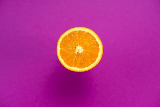 L'orange est un fruit tropical fond ultraviolet