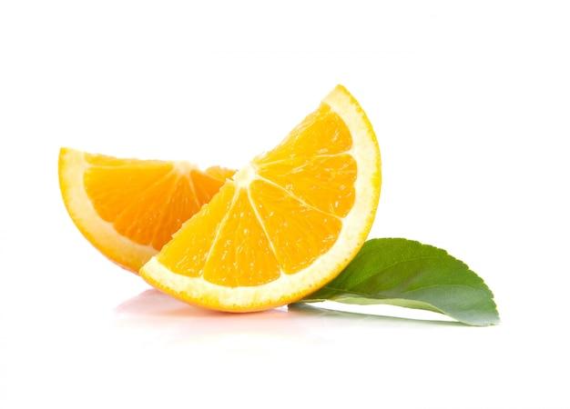 Orange, feuilles sur blanc