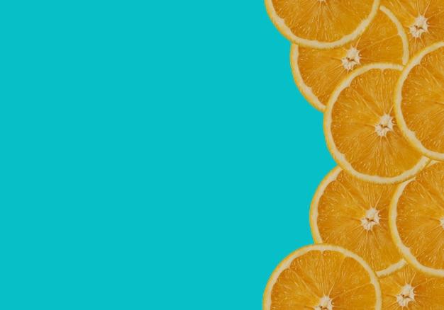 Orange sur fond turquoise.