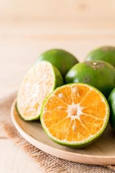 Orange fraîche sur plaque de bois