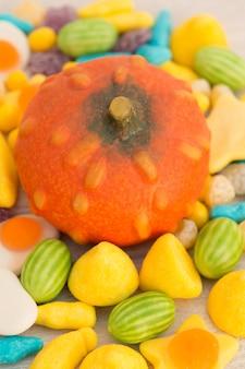 Orange grosse citrouille et boules.