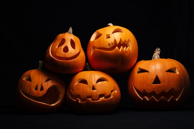 Orange jack-o '- citrouilles de lanterne pour la fête d'automne d'halloween