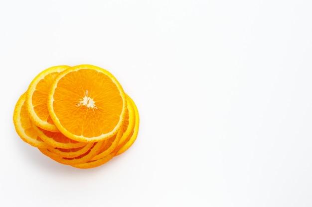 Orange juteuse sur fond blanc fruits orange avec des tranches d'orange et des feuilles isolés sur fond blanc. gros plan de la vitamine c. orange. végétarien, nourriture végétalienne. les agrumes. nutrition cutanée saine