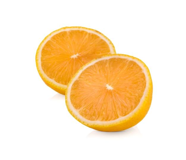 Orange ou mandarine coupée en deux sur fond blanc. le concept de soins de santé de soins de la peau aux fruits riches en vitamines