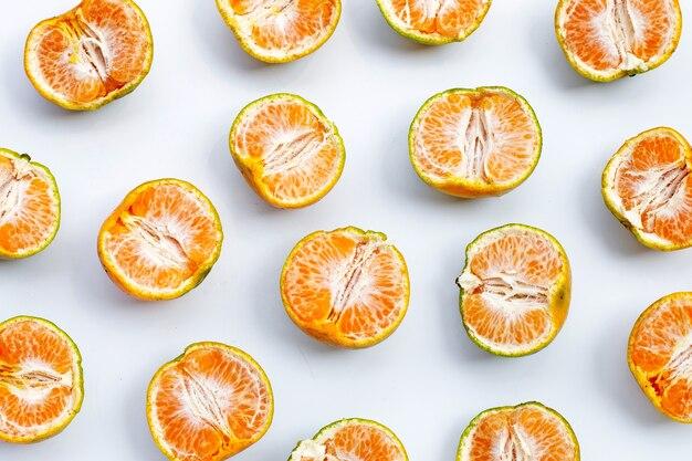 Orange mandarine fraîche sur fond blanc.