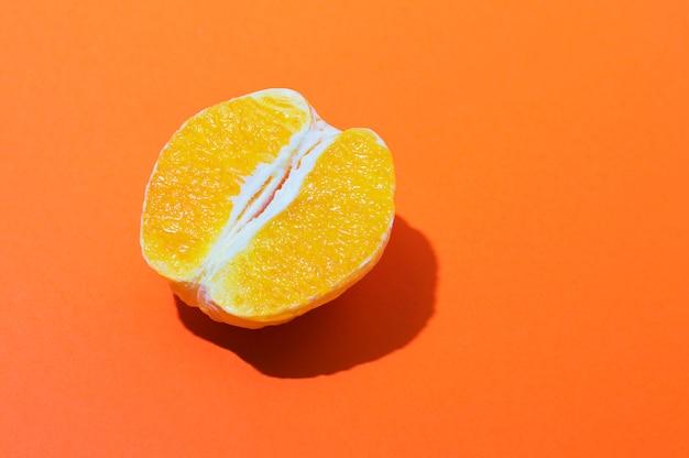 Orange à moitié nettoyée