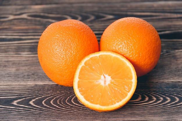 Orange, la moitié d'orange. concept de mode de vie sain