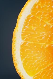 Orange mûre fraîche juteuse dans une section