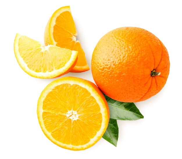 Orange mûre à moitié, tranches et feuilles gros plan sur fond blanc. isolé