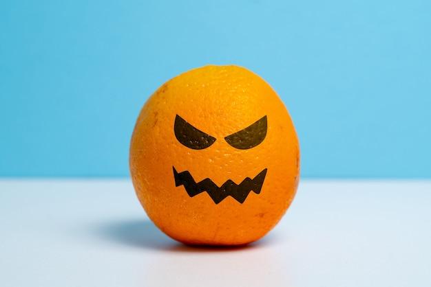 Orange mûre avec un sourire méchant. vacances d'halloween.