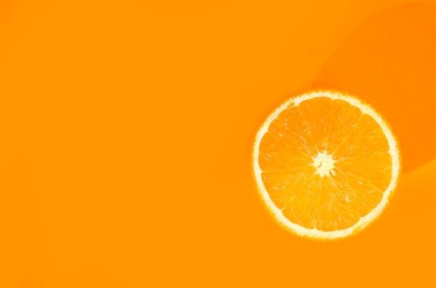 Une orange sur orange. concept de nourriture d'art