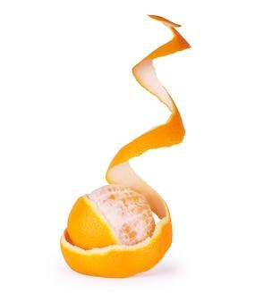 Orange avec peau en spirale pelée isolé sur fond blanc