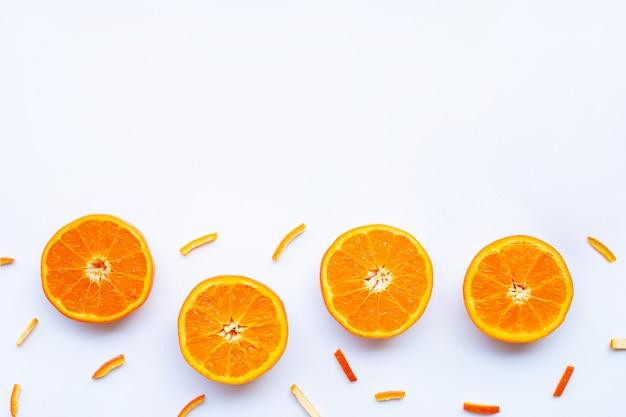Orange avec des pelures sur blanc.
