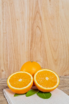 Orange sur le plancher en bois.