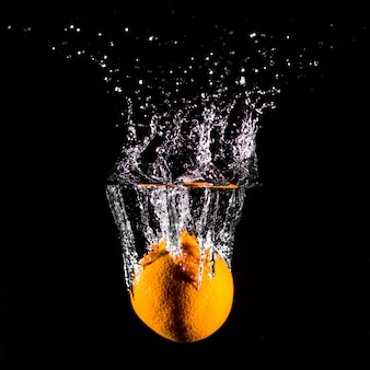 Orange plongeant dans l'eau