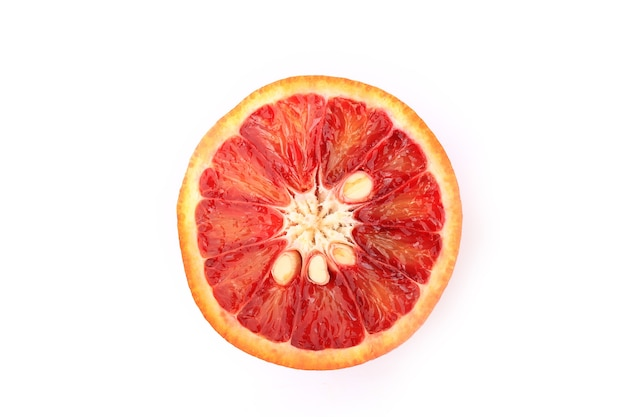 Orange rouge isolé sur fond blanc orange sanguine