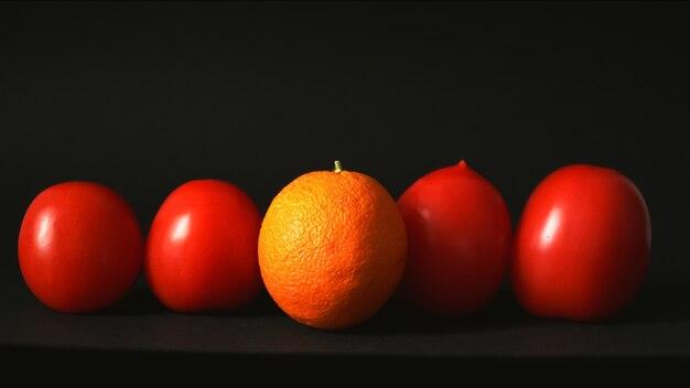 Orange et tomates dans une rangée