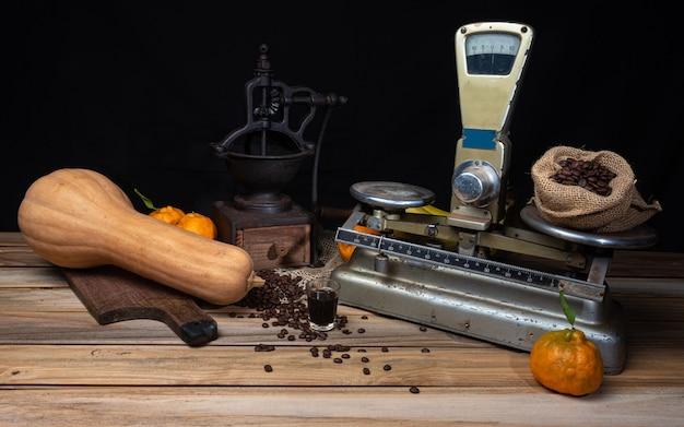 Oranges, bananes, citrouille et accessoires anciens sur bois