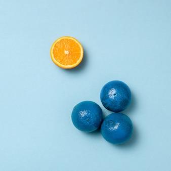Oranges bleues avec une moitié d'orange à part