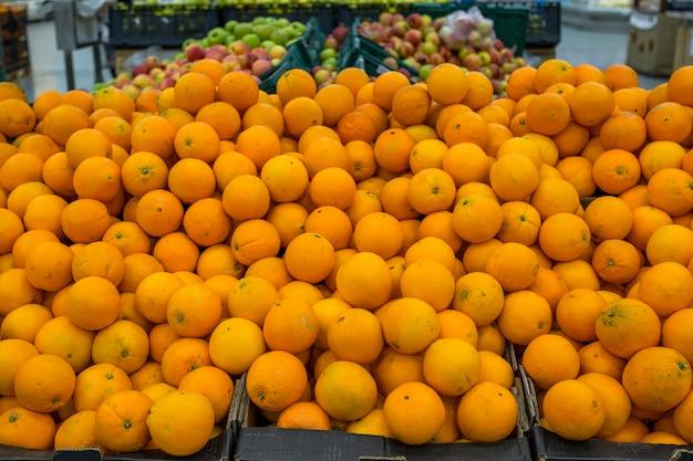 Oranges sur le comptoir, fruits au supermarché